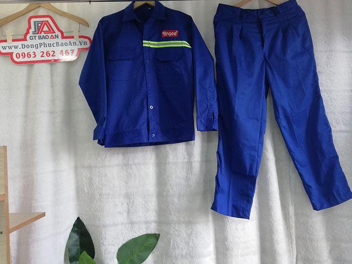 Quần áo bảo hộ lao động là những dụng cụ, thiết bị được doanh nghiệp trang bị cho người lao động của mình, giúp họ đảm bảo an toàn và giảm thiểu những thương tổn có thể xảy ra nếu chẳng may gặp phải các tai nạn lao động. Mỗi một ngành nghề, lĩnh vực sẽ có những thiết bị, dụng cụ bảo hộ lao động khác nhau. Chất liệu vải 100% là kaki thấm hút mồ hôi tốt, thoáng mát cho người mặc, đặc biệt có độ cầm màu tốt. Với nhiều gam màu khác nhau như xanh biển, cam, xanh biển nhạt giúp cho bộ bảo hộ thêm phần nổi bật mà năng động. Logo được in với màu in sắc nét, không phai màu, giữ màu cực tốt. Quần áo bảo hộ có khả năng chống chịu với những tác động từ bên ngoài khá tốt như: khói bụi, mưa, nắng, tia UV, hạn chế các vết bẩn, chất độc hại. Lai áo được may bo, ôm sát hai bên hông giúp cho áo không bị vướng víu trong quá trình làm việc. Quần bảo hộ được may form rộng rãi, bên hông có may thêm túi hộp rất tiện lợi cho người mặc để dụng cụ cũng như đứng lên ngồi xuống dễ dàng hơn. Đường may dày dặn chắc chắn mang đến cảm giác an toàn thoải mái cho người mặc, rất bền, đường may đẹp không sổ chỉ. Sản phẩm được may dài tay, phía trước ngực có túi nắp đậy Chất liệu vải bền đẹp, không nhăn nhúm khi sử dụng Dễ giặt, có thể giặt tay hoặc giặt máy. Công ty may Đồng Phục Bảo Anchuyênmay áo bảo hộ phản quang cao cấpsố lượng lớn với giá sỉ tại xưởng với giá cả cạnh tranh tốt nhất thị trường cho khách hàng có nhu cầu khi gọi qua đường dây nóng. Địa chỉ: 14/5 Đường Số 2, P. Bình Hưng Hòa A, Q. Bình Tân, TP.HCM, Việt Nam Hotline/Zalo: 0986 704 467 Email:company@dongphucbaoan.vn Website: www.dongphucbaoan.vn