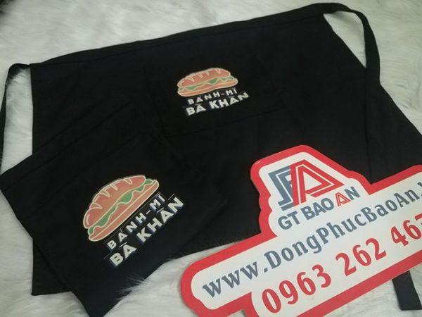 Tạp dề ngắn màu đen may sẵn giá rẻ in logo bánh mì Bà Khàn 02