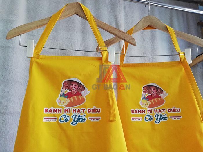 Tạp dề dài màu vàng phục vụ quán có in logo 01