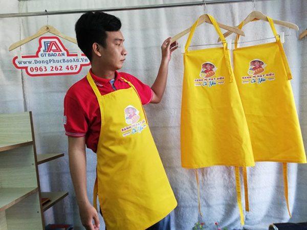 Tạp dề dài màu vàng phục vụ quán có in logo 03