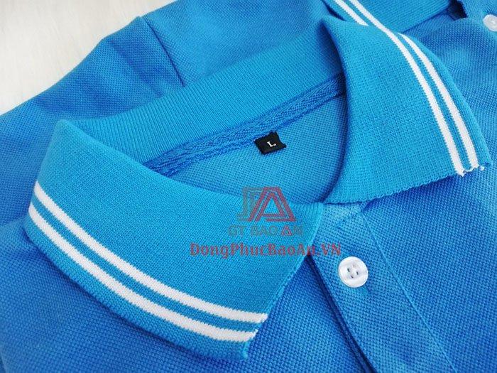 Gấp cổ trụ chắc chắn, được may kèm miếng lót, giúp phần nẹp áo trông chắc chắc. Phía trên lá trụ trong có đính thêm 3 khuy cài cho trang phục