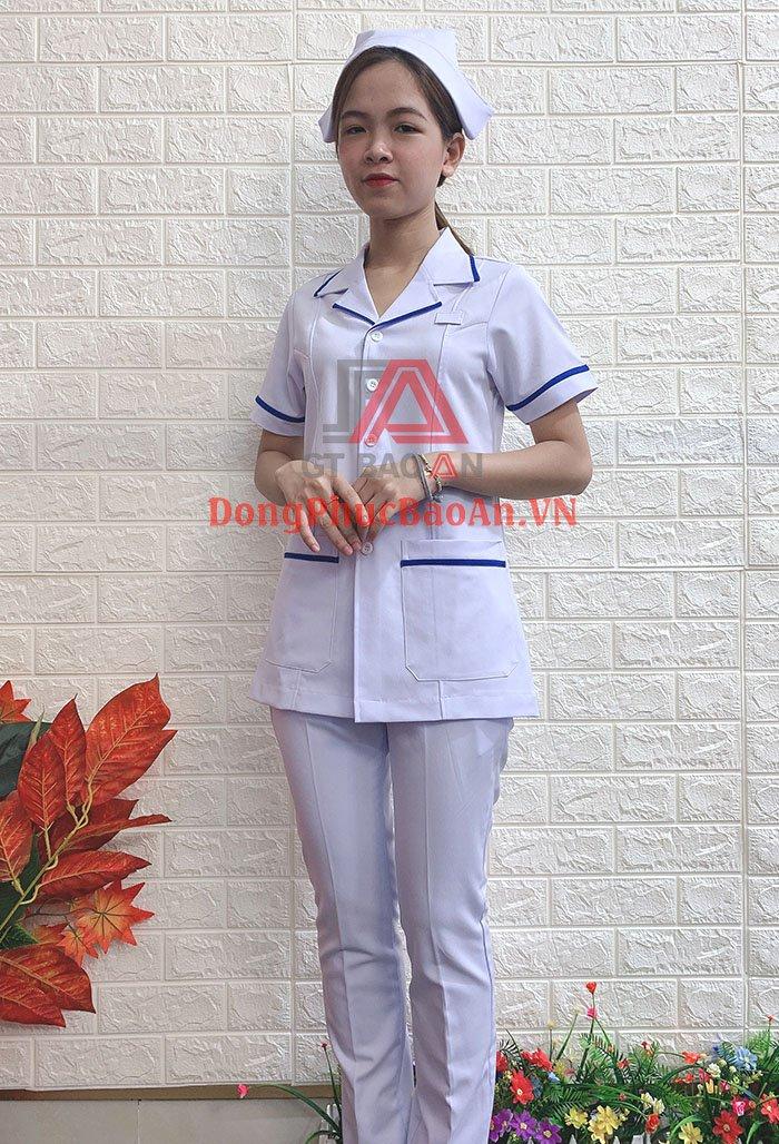 Bộ Đồng Phục Blouse Dược Sĩ, Y Tá Cao Cấp Màu Trắng Phối Viền Xanh – Xưởng May Áo Blouse Uy Tín TPHCM