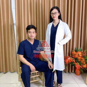 [May Sẵn] Bộ đồ Scrubs bác sĩ vải Kate Ford SG màu xanh đen - Bộ quần áo phòng khám, bệnh viên nam nữ cổ tim cao cấp