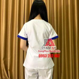 [May Sẵn] Bộ Scrubs điều dưỡng, nhân viên spa - thẩm mỹ viên cao cấp màu trắng viền xanh bích - Mẫu đồng phục spa đẹp nhất cổ vuông có khuy cài